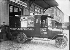 Classic Trucks, Ford Models, Utrecht, Dieselpunk, Antique Cars, Van, Black And White, History, Antique Photos