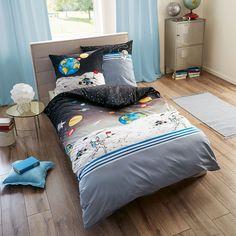 Kaeppel Linon Kinderbettwäsche Astronaut aus reiner Baumwolle. Das niedliche Motiv verschönert jedes Kinderzimmer und lässt Kinderherzen höher schlagen. Die weichen Bettwaren sind aus Baumwolle und verwöhnen die lieben Kleinen Nacht für Nacht. #bettwäsche #sleep #kids #bedding #bedlinen #kinder #schlaf #kinderzimmer #astronaut #spaceman www.bettwaren-shop.de