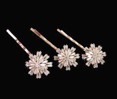 Diese Haarnadeln wurde von CrystalAvenues entworfen und ausschließlich für CrystalAvenues erstellt. Dies ist ein originelles Design der CrystalAvenues. Ich mache diese Julia Haar Pins mit wunderschön angeordnet, dass Baguette Swarovski-Kristallen geformt. Die Haarnadeln sind so