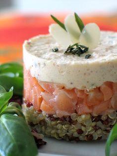 Per questo tortino fresco e delizioso amore a prima vista: #quinoa alla base, #salmone #affumicato tagliato a striscioline al centro, mousse di #mandorle e panna in cima!