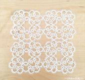 タティングレースのドイリー(四角)(chantik)のハンドメイド作品の販売ページです。【作品の特徴】    白のレース糸で編んだ四角形のドイリーです。    タティングレースになります。  【サイズ等の仕様】    横 15㎝  × 高さ 15cm