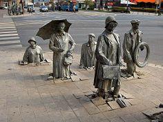 Nos parecen muy curiosas las esculturas que podemos encontrarnos en Wroclaw, Polonia. Simulan peatones cruzando la calle por un imaginario paso subterráneo y justo al otro lado de la calle las figuras van emergiendo…