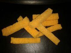Frietjes van spons voor in de poppenhoek