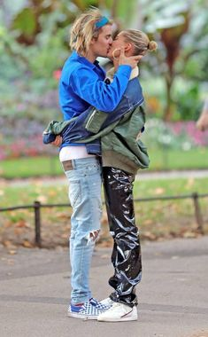 Hailey Baldwin Black Leather Pants With Justin Bieber 2018 Justin Bieber 2018, Justin Bieber Outfits, I Love Justin Bieber, Justin Bieber Fashion, Justin Bieber Pants, Selena, Hailey Baldwin Style, Walks In London, Justin Hailey
