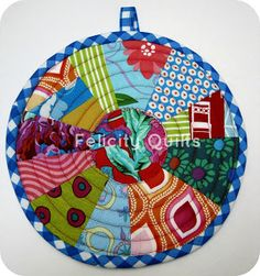 FairyFace Designs: {Sew} Get Started: Scrappy Potholder Tutorial - learn paper piecing Mini Quilts, Small Quilts, Small Sewing Projects, Sewing Crafts, Quilting Tutorials, Quilting Projects, Sewing Tutorials, Mantel Redondo, Quilted Potholders