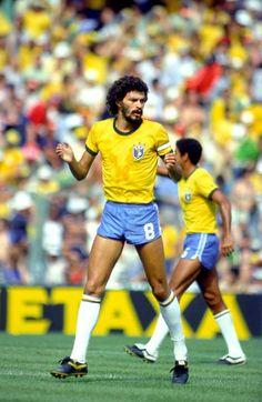Sócrates na seleção - década de 1980. Dá uma olhada no tamanho do calção da época.