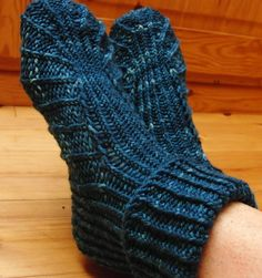 Free Knitting Pattern for Bea's Slippers - Mone Dräger's slippers feature a stitch pattern that adds stretch as well as style. She states that it only takes a couple of hours to knit.  Three sizes, small, medium and large. Available in English, Finnish, and German