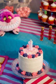 """Une création aux couleurs du fameux """"Cheshire Cat"""" (rose & violet). Ce layer cake se compose de 4 étages de génoise, crème vanillée et de gelée de cerise."""