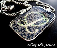 DIY Necklaces with Monogram and Glitter :) diy-jewelry-accessories Diy Monogram, Monogram Jewelry, Monogram Necklace, Diy Necklace, Necklaces, Bracelets, Simple Jewelry, Diy Jewelry, Jewelery