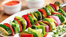 Grilované zeleninové špízy Chenin Blanc, Lidl, Caprese Salad, Sushi, Ale, Grilling, Food And Drink, Cooking Recipes, Lunch