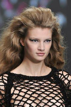 modella con i capelli sciolti e gonfi
