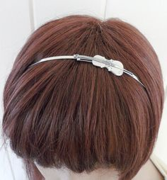 It's a violin headband!  It's so subtle, making it stylish.  The violin also has great detail!