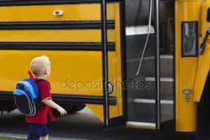 Baixar - Criança entrando em um ônibus escolar — Imagem de Stock #40844821