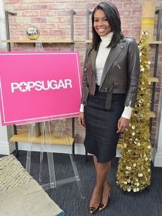 Gabrielle Union usa saia jeans com jaqueta de couro em evento do Popsugar.