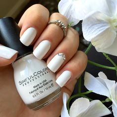 Snow me white by SinfulColors, white nails with rhinestones. Unhas branca com detalhe