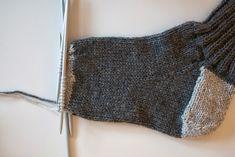 jojo kan själv: sticka sockor Crochet Socks, Crochet Cardigan, Knitting Socks, Hand Knitting, Knitted Hats, Knit Crochet, Knit Socks, Baby Knitting Patterns, Gloves