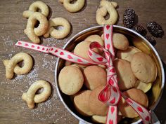 Sandnøtter & berlinerkranser  {Bakemagi.no} Christmas And New Year, Cookies, Desserts, Food, Crack Crackers, Tailgate Desserts, Biscuits, Dessert, Cookie Recipes