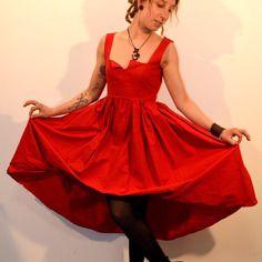 Robe asymétrique longue rouge féerique à bretelles en coton sur-mesure / personnalisable