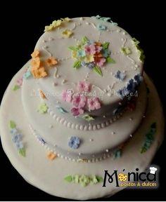 Torta con flores delicadas, colores pastel para una reunión íntima, elaborado por MONICA PASTAS Y DULCES.