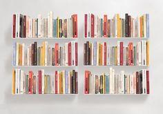 """Les six étagères design """"U"""" est un système de rangement pour livre simple et efficace. Les six étagères murales offrent 3,60 mètres de surface linéaire de rangement."""