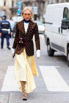 Como usar meia-calça colorida de forma elegante
