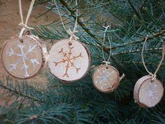 Vánoční ozdoby březová kolečka vypálený vzor sněhových vloček a po té vetřená barva bílá zlatá stříbrná Připravené k zavěšení (lýko). Sada 43 ozdob. V jednoduchosti je krása... Krásné Vánoce přeje Atelier 3T