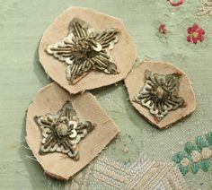 Lot de 3 anciens lingots métal patine étoiles art déco garniture ruban argent ribbonwork Noël chapellerie clapet 1900s 1920 edwardian