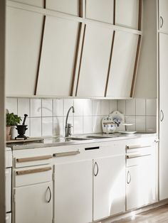 I absolutely love love love original, built-in kitchens from the sixties!