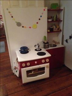 Kinder lieben Rollenspiele. Baue Deinen kleinen Feinschmeckern eine individuelle Spielküche und fördere Ihre Fantasie und Feinmotorik.