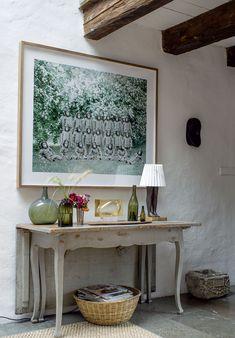Helena Blomqvistin The Liberation Infantry -valokuvateos ripustettiin rokokoopöydän päälle. Decor, Table, Furniture, Home Decor, Entryway, Entryway Tables