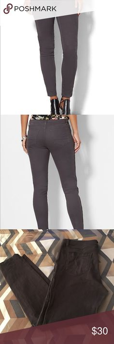 SOHO JEANS - ZIP-ACCENT LEGGING (New York and Co) Gray SOHO JEANS - ZIP-ACCENT LEGGING (New York and Company) Size 10. Detailed description in photo. (Model pic by New York and Company). ✨🌸🌺 Reasonable Offers accepted! New York & Company Jeans Skinny