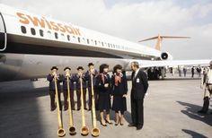 """Alphornspieler vor dem Jumbo Boeing 747-357 B in Zürich-Kloten. LBS_SR04-004907. User Beat: """"Die Bildlegende ist falsch: wie im erläuternden Text (Enthalten in) korrekt steht, handelt es sich nicht um einen Jumbo, sondern um eine DC 9-81."""" Image Archive, Legends, Photo Illustration"""