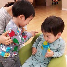 Seoeon and Seojun Superman Kids, Song Triplets, Korean Shows, Asian Babies, Running Man, Cute Babies, Twins, Tv Shows, Dads