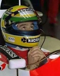 Ayrton Senna prega prima della partenza di un GP