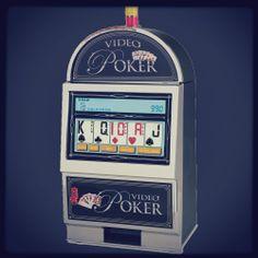 Spelet börjar när en spelare placerar sin insats och sedan trycker på knappen DEAL. Då maskinen behandlar en hand med fem kort och spelaren har att välja vilka kort han vill ha och som han inte gör det, genom att trycka på lämpliga knappar på #videopoker maskin.  #spelacasino  #casinoonline