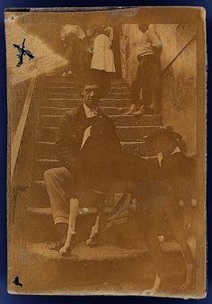 Amadeo de Souza Cardoso, 1887-1918  Amadeo de Souza Cardoso com cães. Manhufe (Amarante, Portugal). Data aproximada de produção da fotografia: 191-.