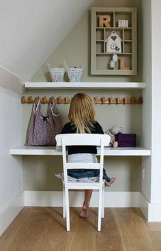 Wat een slimme plek voor een bureautje. en wat een mooie kleur op de muur.