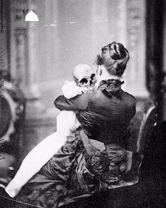 Britney Spears sur Instagram: Devil is in the details 😈 …. wouldn't want this baby to hit me one more time 😂😂😂 !!!! Vintage Bizarre, Creepy Vintage, Vintage Halloween, Victorian Halloween, Creepy Old Photos, Creepy Pictures, Memento Mori, Images Terrifiantes, La Danse Macabre