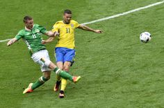 Ireland's midfielder James McCarthy (L) and Sweden's forward Marcus Berg vie for the ball during the Euro 2016 group E football match between Ireland and Sweden at the Stade de France stadium in Saint-Denis on June 13, 2016. / AFP / PHILIPPE LOPEZ