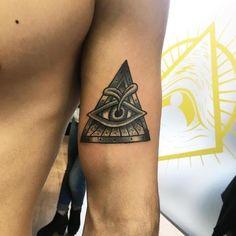 Ojo Dentro de Triángulo con un Brote Negro y Gris