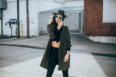 Jesień kojarzy ci się z szarym płaszczem i czarnym golfem? Zła wiadomość: w tym roku będziesz musiała porzucić ten smętny look na rzecz kolorowych, bardzo wyrazistych ubrań! Gwiazdy street wearu postanowiły odczarować jesień z jej smutną, przygnębiającą aurą! Co z tego wyszło? Wybuchowy miks stylów, kolorów i sposobów łączenia wszystkiego w całość!  #streetwear #moda2017 #jesien2017 #oversize #moda