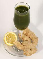 Gyömbéres citromos zöld turmix - Hozzávalók:      2 alma     ½ citrom leve     1-2 cm-es citromhéj darabka (kizárólag bio citrom héját használjuk, azt is alaposan megmosva)     1-2 cm-es friss gyömbér darabka     2-3 mángold levél (vagy spenót)     1 banán