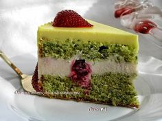 Mint Cake with White Chocolate and Red Berries Nutella Recipes, Sweets Recipes, Baking Recipes, Fresh Strawberry Recipes, Inside Cake, Russian Cakes, Mint Cake, Easy Cake Decorating, Cake Recipes From Scratch