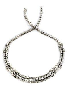 Halsweite: ca. 39 cm. Breite: ca. 1,2 cm. Gewicht: ca. 77,8 g. Platin. Um 1940. Elegantes edles Collier mit feinen Brillanten und Diamanten im Baguetteschliff,...