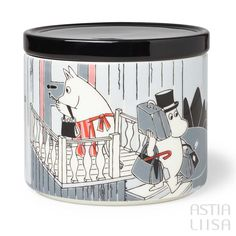 Arabia Moomin Adventure Move Jar 0,7l, designed by Tove Slotte based on original Moomin illustrations by Tove Jansson. Find out more about Moomin mugs on our website 🔎Astialiisa.com⠀ 🌍 Free shipping on orders over 50 €! #moominmug #arabia #arabiafinland #nordichomes #finnishhomes #nordichome #nordicdishes #retrodishes #Finnishdesign #retrocups #Scandinaviandesign #Muumit #moomins #muumimuki #tovejansson #toveslotte #tove #arabiamoomins #coffeecup #moomin #moominmamma