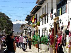 10. Los negocios exhiben las artesanías en las calles para que los turistas se antojen de comprar