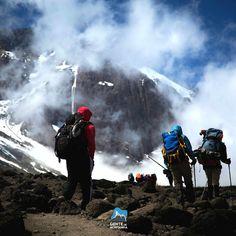 Ano Passado anunciamos a Expedição Solidária ao Kilimanjaro - e agora falta pouco - o Kilimanjaro é uma ótima montanha para testar seus limites antes de tentar coisas maiores. A expedição irá arrecadar fundos para cobrir os gastos anuais de uma escola de crianças órfãs em Moshi base da montanha. Na Foto de @Gtarso_ registra passos da Equipe no Caminho à lava tower 3700 metros.  #GentedeMontanha #AltaMontanha #Africa #Kilimanjaro #Montanhismo #Mountains #SpotBR #GarminBrasil #Atletasgarmin…