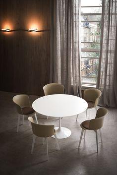Sedie e tavoli che arrotondano gli spigoli / Chairs and tables that rounded corners photo auber.it
