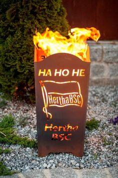 """HERTHA BSC Edelrost Feuerkorb """"HA HO HE HERTHA BSC""""  Der Edelrost Feuerkorb """"HA HO HE HERTHA BSC"""" lässt die Herzen der HERTHA BSC Berlin Fans höher schlagen. Mit dem HERTA BSC Berlin Feuerkorb wird jede Grillparty im Sommer wie im Winter zu einem besonderen Erlebnis.  Das offizielle Lizenzprodukt ist mit dem HERTHA BSC Logo, der Fahne des Vereins sowie dem Slogan """"HA HO HE"""" versehen.  Größe:      Höhe: 72 cm     Breite: 34 cm     Tiefe: 34 cm  Preis: 209,- €"""