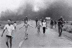 Award-winning photographer of The Napalm Girl talks about putting people at the core of his work, and his coverage of the Vietnam War War Photography, History Of Photography, Documentary Photography, Photography Themes, Street Photography, Famous Photos, Iconic Photos, Napalm Girl, Vietnam War Photos